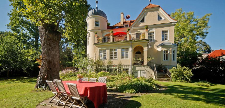 Ansicht einer Villa zur Blauen Stunde fotografiert