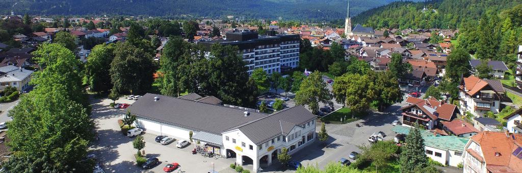 Luftbild eines Bürogebäudes von oben mit Drohne aufgenommen.
