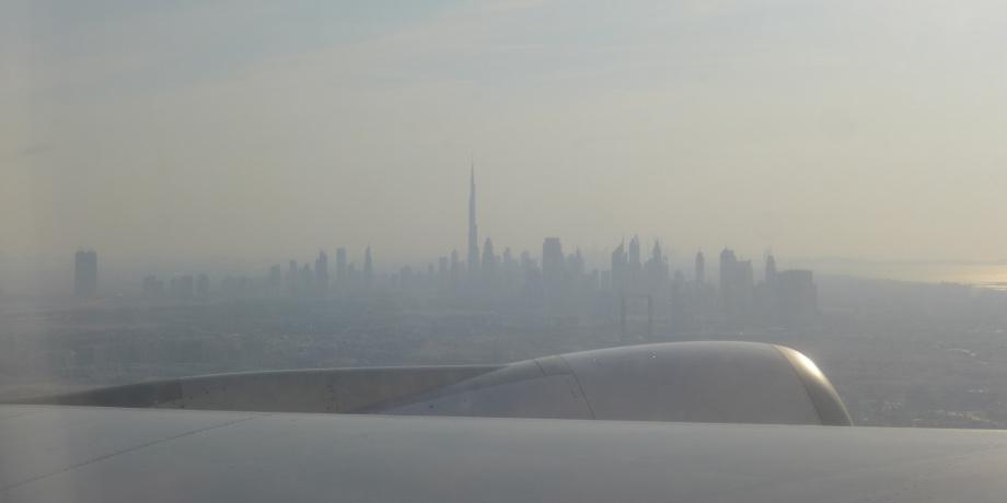 Silhouette der in Marine in Dubai mit Wolkenkratzern