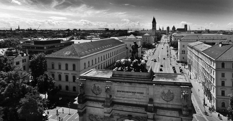 Das Siegestor in München mit der Fotodrohne fotografiert