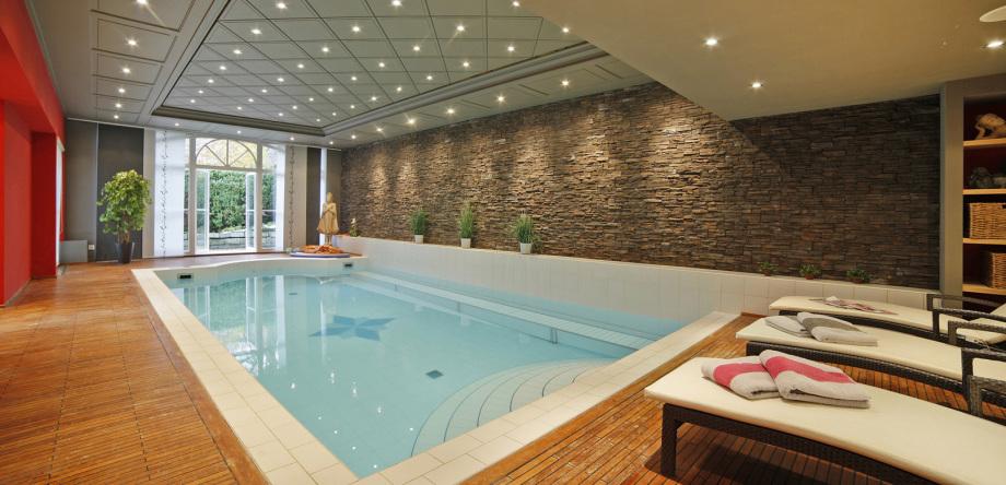 Ansicht eines Schwimmbades einer Villa nahe München