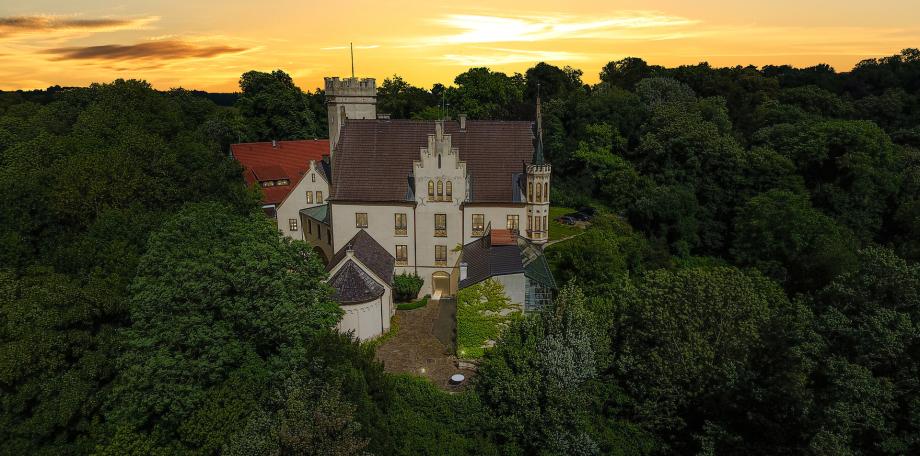Ansicht einer Villa nahe München im Sonnenschein
